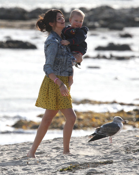 Selena Gomez - Justin & Selena Spending At Day With Family At The Beach
