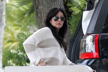 Shannen Doherty Shannen Doherty Carries a Table in Malibu