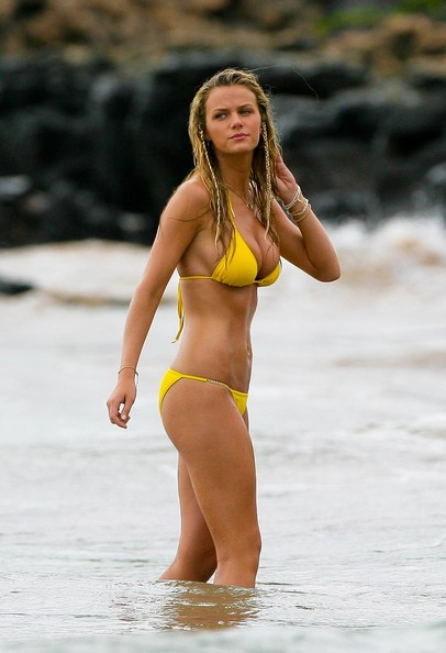 Jennifer Aniston, Brooklyn Decker and Adam Sandler spotted on the set of 'Just Go With It' in Maui, HI.