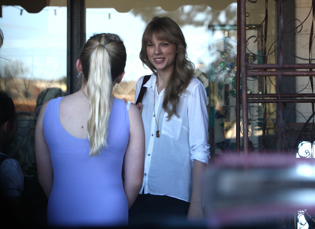 Santa Monica Toyota >> Taylor Swift Photos Photos - Taylor Swift Meets Mom Andrea for Lunch and Antique Shopping - Zimbio