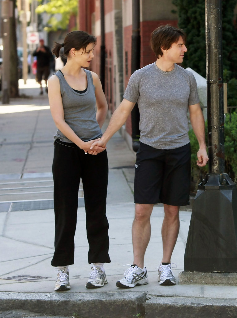 ¿Cuánto mide Katie Holmes? - Real height Tom+Katie+Running+In+Boston+8qD146VRudQx
