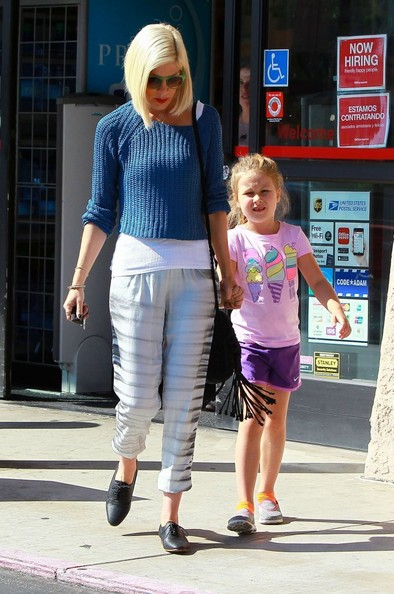 Tori Spelling In Tori Spelling Amp Daughter Stella Shopping