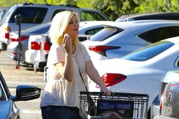 Tori Spelling Pregnant Tori Spelling Goes Grocery Shopping at Ralph's