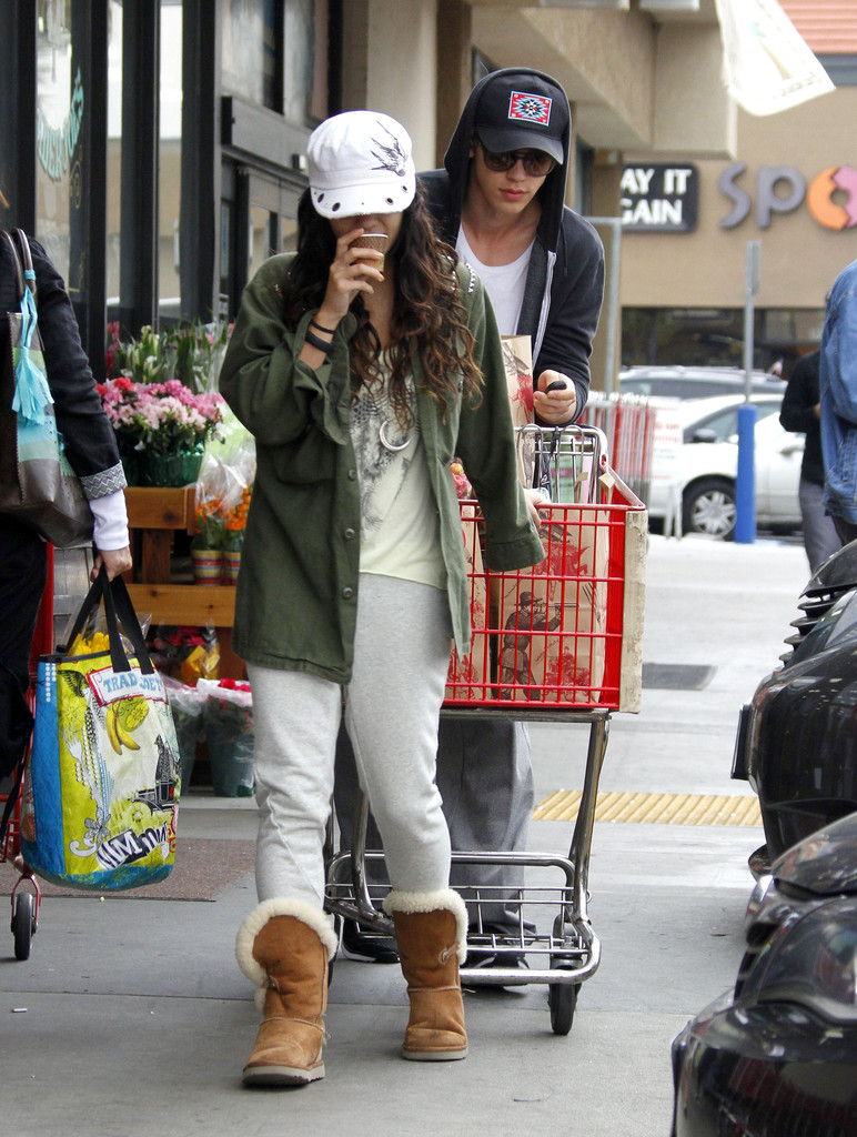 Vanessa Hudgens And Austin Butler Shop At Tjs 2 Zimbio