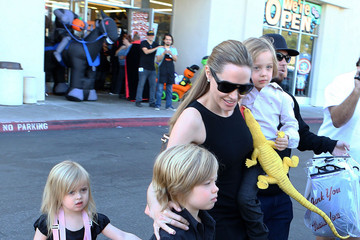 Vivienne Jolie Pitt Angelina Jolie Takes Her Kids Shopping For Halloween Costumes