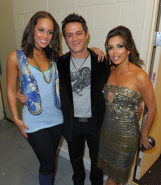 She sparkles with Alicia Keys and Alejandro Sanz.