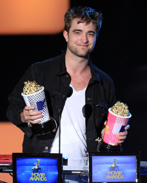 Robert Pattinson accepts the Global Superstar award onstage at the 2010 MTV