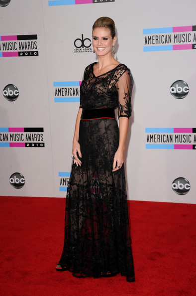 Model Heidi Klum arrives at the 2010 American Music Awards held at Nokia Theatre L.A. Live on November 21, 2010 in Los Angeles, California.