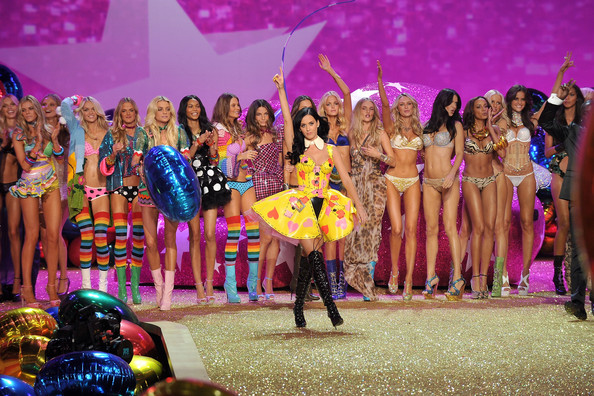 Singer Katy Perry (C) performs during the 2010 Victoria's Secret Fashion Show at the Lexington Avenue Armory on November 10, 2010 in New York City.