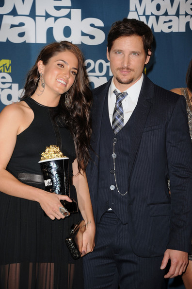 "MTV's ""Best Movie"" award winners Nikki Reed and Peter Facinelli pose in the press room during the 2011 MTV Movie Awards at Universal Studios' Gibson Amphitheatre on June 5, 2011 in Universal City, California."