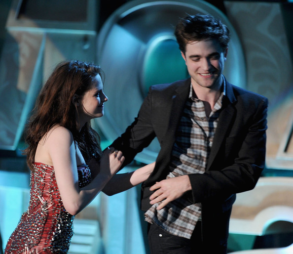 Actress Kristen Stewart (L) and actor Robert Pattinson accept the Best Kiss award onstage during the 2011 MTV Movie Awards at Universal Studios' Gibson Amphitheatre on June 5, 2011 in Universal City, California.