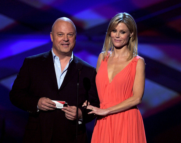 Actors Michael Chiklis (L) and Julie Bowen speak onstage during the 2011 People's Choice Awards at Nokia Theatre L.A. Live on January 5, 2011 in Los Angeles, California.