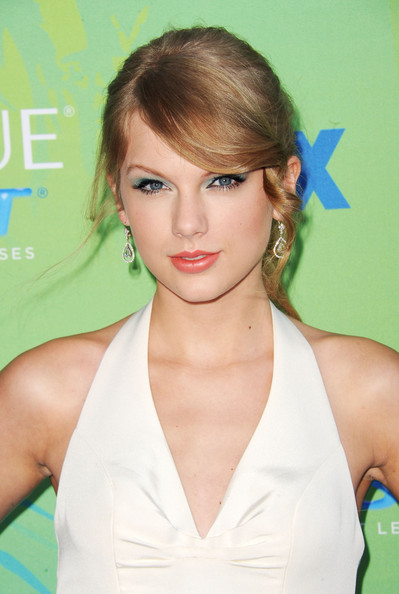 Singer Taylor Swift arrives at the 2011 Teen Choice Awards held at the Gibson Amphitheatre on August 7, 2011 in Universal City, California.