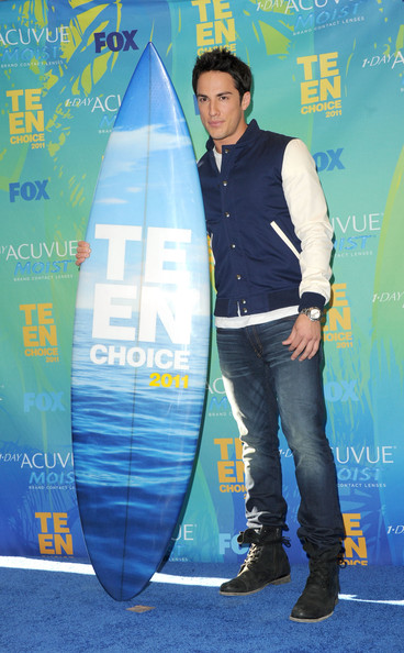 "Actor Michael Trevino, winner of the Scene Stealer Male award for ""The Vampire Diaries"" poses in the press room during the 2011 Teen Choice Awards held at the Gibson Amphitheatre on August 7, 2011 in Universal City, California."