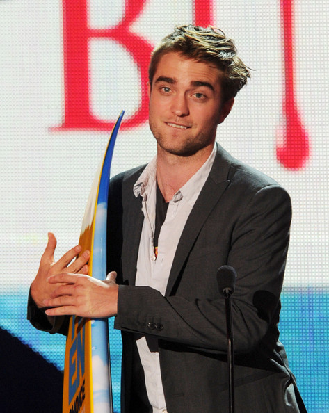 Actor Robert Pattinson accepts the Choice Vampire award onstage during the 2011 Teen Choice Awards held at the Gibson Amphitheatre on August 7, 2011 in Universal City, California.