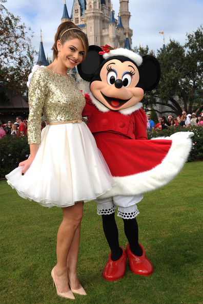 Christmas Minnie Mouse Disneyland.Maria Menounos And Minnie Mouse Are Dress Pals