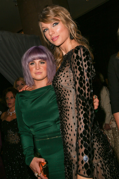 TV personality Kelly Osbourne (L) and singer Taylor Swift arrive at the 2014 HYUNDAI / GRAMMYs Clive Davis Pre-GRAMMY Gala Activation + Equus Fleet Arrivals at The Beverly Hilton Hotel on January 25, 2014 in Beverly Hills, California.