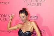 Brazilian model Lais Oliveira poses during a photocall after taking part in the 2016 Victoria's Secret Fashion Show at the Grand Palais in Paris on November 30, 2016.  / AFP / Patrick KOVARIK / RESTRICTED TO EDITORIAL USE