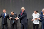 (L-R) Thailand's Prime Minister Prayut Chan-O-Cha, Russian Prime Minister Dmitry Medvedev, Vietnam's Prime Minister Nguyen Xuan Phuc, US President Donald Trump, Philippine President Rodrigo Duterte, Australia Prime Minister Malcolm Turnbull and Singapore's Prime Minister Lee Hsien Loong join hands for the family photo during the 31st Association of South East Asian Nations (ASEAN) Summit in Manila on November 13, 2017. .World leaders are in the Philippines' capital for two days of summits.  / AFP PHOTO / JIM WATSON