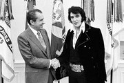 380450 01: President Richard Nixon meets with Elvis Presley December 21, 1970 at the White House.