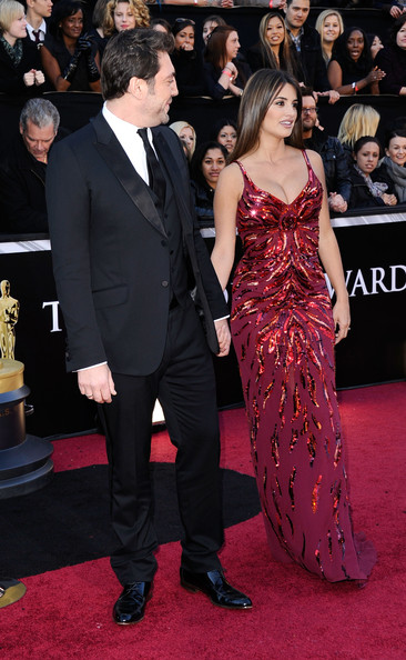 Actor Javier Bardem (L) and actress Penelope Cruz arrive at the 83rd Annual Academy Awards held at the Kodak Theatre on February 27, 2011 in Hollywood, California.