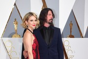 Dave Grohl and wife Jordyn Blum arrive  on the red carpet for the 88th Oscars on February 28, 2016 in Hollywood, California. AFP PHOTO / FREDERIC J. BROWN / AFP / FREDERIC J.BROWN