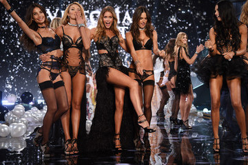 Adriana Lima Doutzen Kroes Victoria's Secret Fashion Show
