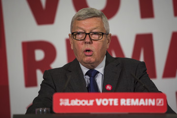Alan Johnson Hilary Benn Tells Voters Why Britain Is Great Making The Patriotic Case For Remaining In The European Union