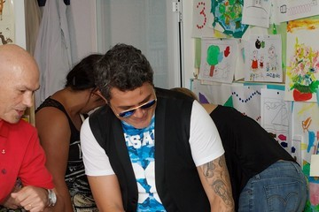 Alejandro Sanz Alejandro Sanz Visits Kids at a Local Hospital