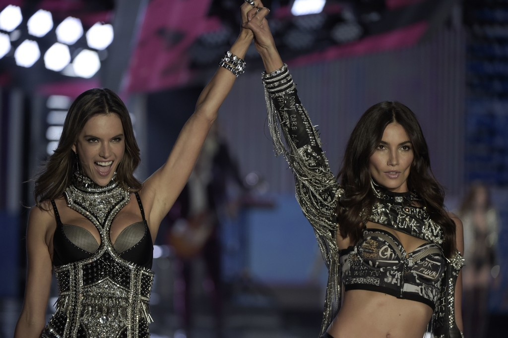 Alessandra+Ambrosio+2017+Victoria+Secret+Fashion+8Z5Tv3ISGnkx.jpg