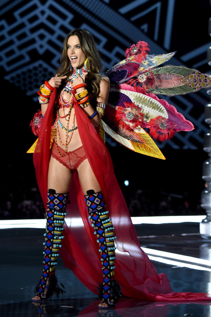 Alessandra+Ambrosio+2017+Victoria+Secret+Fashion+tM5jCFGFQFax.jpg
