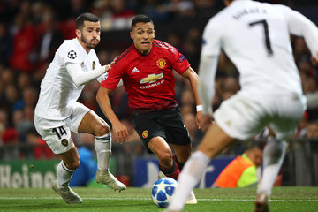 Alexis Sanchez José Luis Gayà Manchester United vs. Valencia - UEFA Champions League Group H
