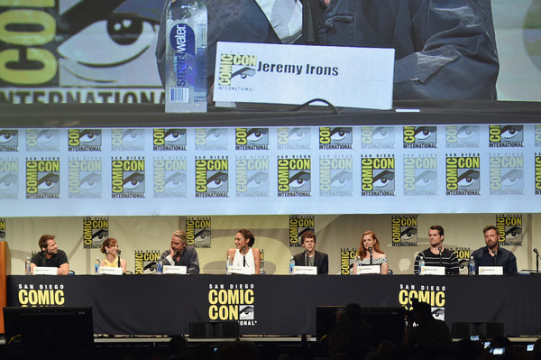 The Warner Bros. Presentation at Comic-Con International 2015 [green,games,fiction,display device,electronic device,recreation,fictional character,advertising,world,team,warner bros. presentation,l-r,comic-con international,jeremy irons,zack snyder,holly hunter,henry cavill,amy adams,jesse eisenberg,ben affleck]