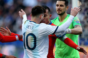 Gary Medel of Chile argues with Lionel Messi of Argentina during the Copa America Brazil 2019 Third Place match between Argentina and Chile at Arena Corinthians on July 06, 2019 in Sao Paulo, Brazil.