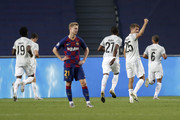 Frenkie de Jong of FC Barcelona looks dejected after Thomas Mueller of FC Bayern Munich celebrates after his team's first goal during the UEFA Champions League Quarter Final match between Barcelona and Bayern Munich at Estadio do Sport Lisboa e Benfica on August 14, 2020 in Lisbon, Portugal.