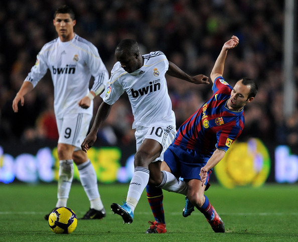 Andres Iniesta (R) of FC Barcelona duels for the ball with Lassana Diarra of Real Madrid during the La Liga match between Barcelona and Real Madrid at the Camp Nou Stadium on November 29, 2009 in Barcelona, Spain.