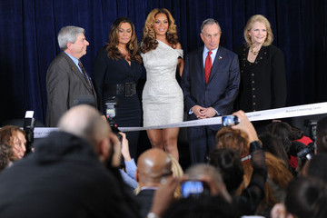 Beyonce Knowles Tina Knowles Beyonce Cosmetology Center Unveiling At Phoenix House