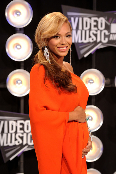Beyoncé >> MTV Video Music Awards 2011 [28/08/11] [II] - 1 PREM. + PERFORMANCE + COMO ROBARSE LA NOCHE Beyonce+Knowles+2011+MTV+Video+Music+Awards+-HqVIFTEtt8l