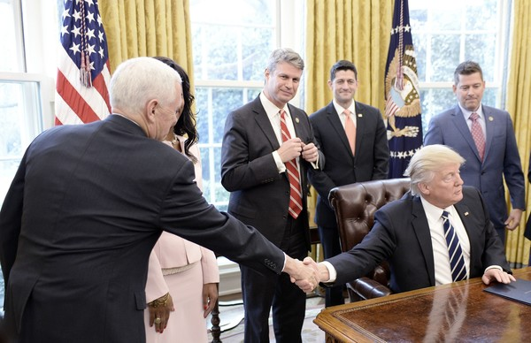 President Trump Signs A Resolution Related To Financial Reform [event,official,government,management,businessperson,employment,gesture,collaboration,business,white-collar worker,president,donald trump,mike pence,r,bill huizenga,resolution,reform,trump signs,u.s.,afp]