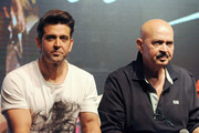 Indian Bollywood actor Hrithik Roshan (L) and his father Rakesh Roshan pose during the song launch of their upcoming Hindi film 'Kaabil' directed by Sanjay Gupta and produced by Rakesh Roshan in Mumbai on January 4, 2017. / AFP / STRINGER