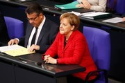 German Chancellor Angela Merkel, also leader of the Christian Democratic Union (CDU), and German Vice Chancellor and Foreign Minister Sigmar Gabriel attend a session at the Bundestag (lower house of parliament) on November 21, 2017 in Berlin. / AFP PHOTO / Odd ANDERSEN