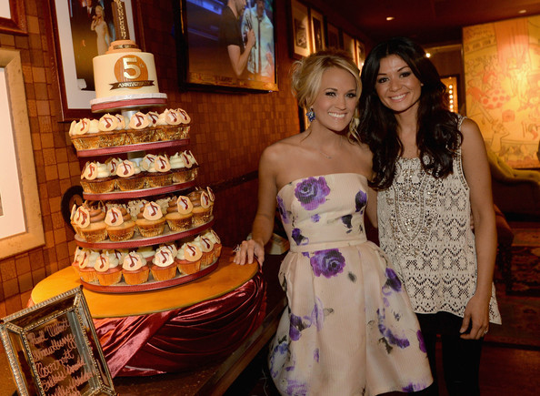 carrie underwood cupcake wedding cake carrie underwood photos photos carrie underwood s opry 12409