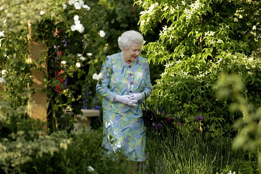 Queen elizabeth ii photos photos chelsea flower show for Garden designs by elizabeth