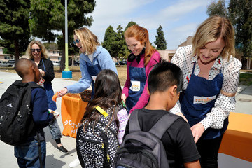 Darby Stanchfield Feeding America's Celebrity Friends Volunteer At Boys & Girls Club Of Santa Monica's After-School Program