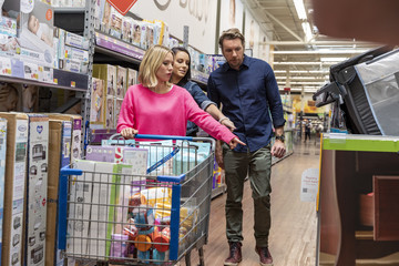 Dax Shepard Kristen Bell And Dax Shepard Surprise Expecting Moms While Shopping At Walmart