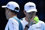 USA's Bob Bryan (R) talks with his partner USA's Mike Bryan (L) between points during their men's doubles match against Britain's Jamie Murray and Brazil's Bruno Soares on day two of the ATP World Tour Finals tennis tournament at the O2 Arena in London on November 13, 2017. / AFP PHOTO / Glyn KIRK