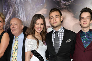 Douglas Booth Hailee Steinfeld 'Romeo and Juliet' Premieres in Hollywood — Part 3