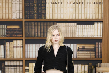 Ellie Bamber Chanel : Photocall - Paris Fashion Week - Haute Couture Fall Winter 2020