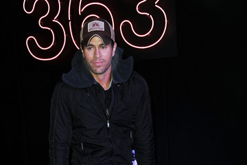 Enrique Iglesias Enrique Iglesias Signs Copies of His New Album