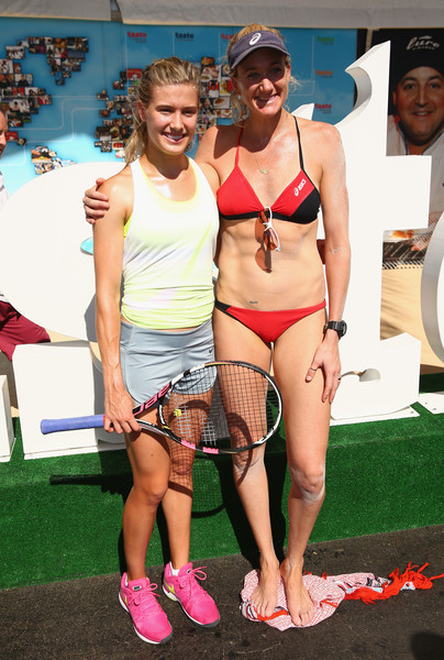 ¿Cuánto mide Eugenie Bouchard? - Real height Eugenie+Bouchard+Kerri+Walsh+Jennings+Miami+EzfY3aKHZlal